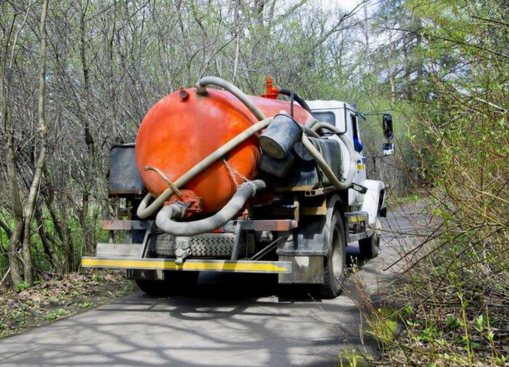 Автомобиль вывозит сточные воды