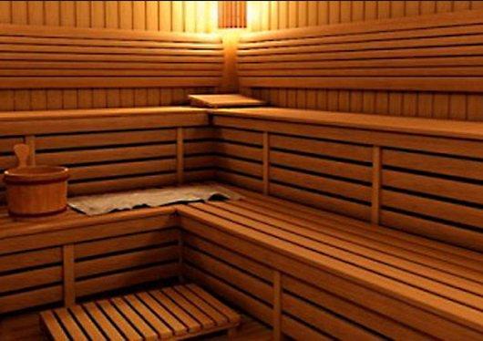 В сауне оборудуются скамьи и полки