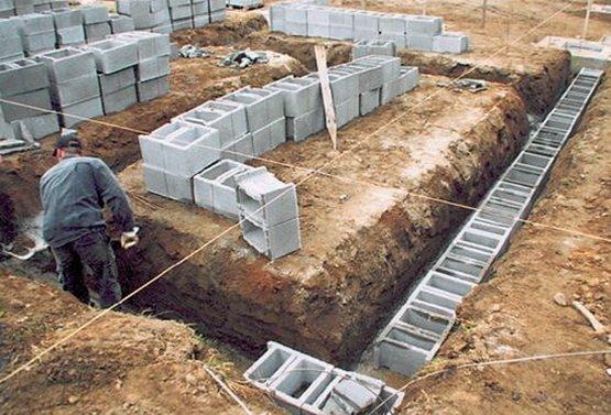 Фундамент делается из небольших бетонных пустотелых блоков