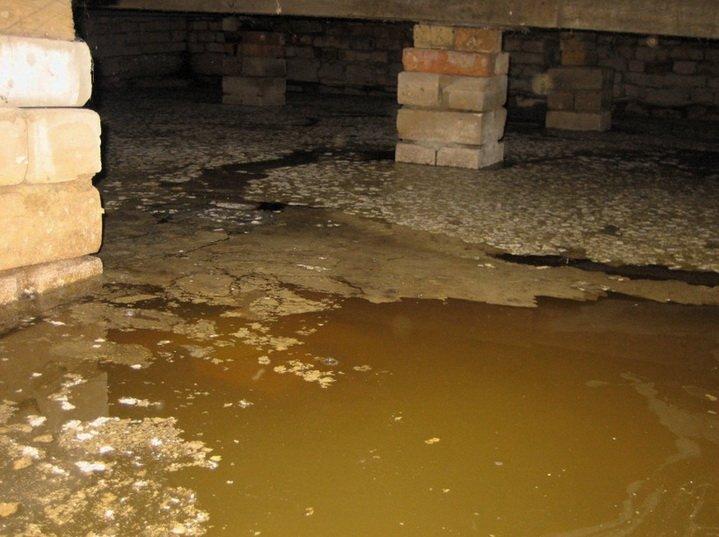 Много воды в затопленном подвале дома без дренажа