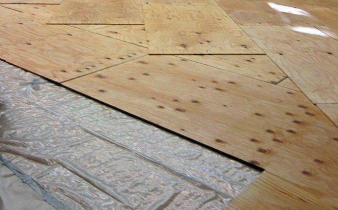Укладка деревянного фанерного основания ведется на пароизолятор