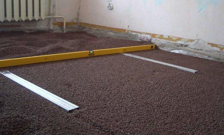 Разравнивание песка под сухую стяжку