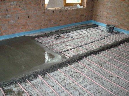 Делается бетонная стяжка по гидроизоляции