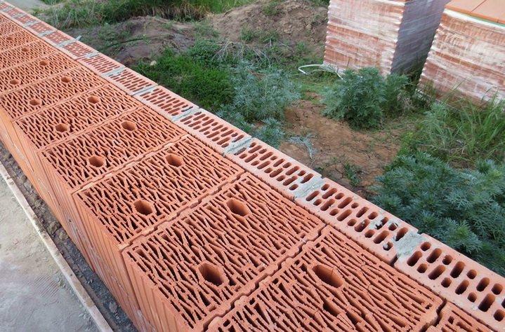 Керамические блоки укладываются поперек стены