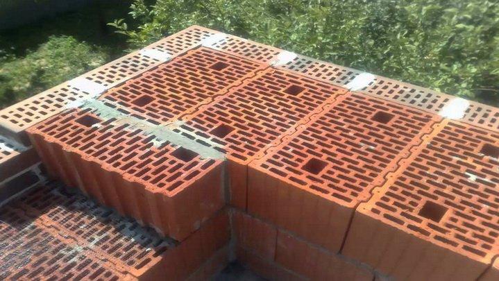 Положение блоков керамики в углах дома