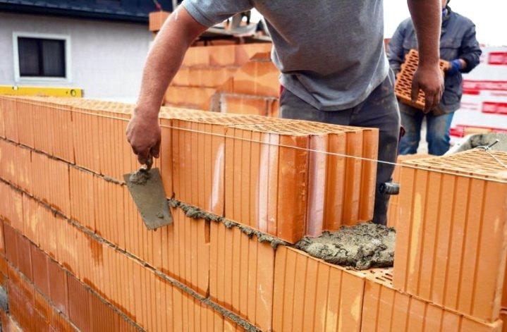 Блоки поризованной керамики укладываются на теплый раствор