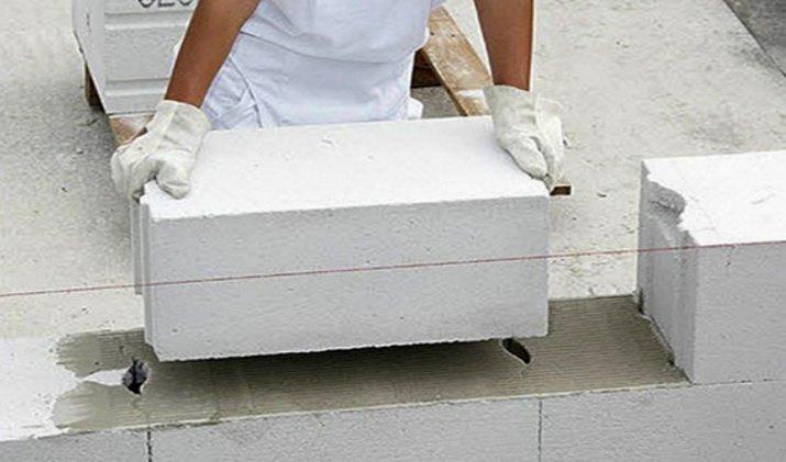 Блоки точного изготовления кладутся на клей