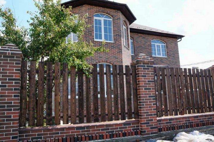 Дом и забор из клинкерного кирпича