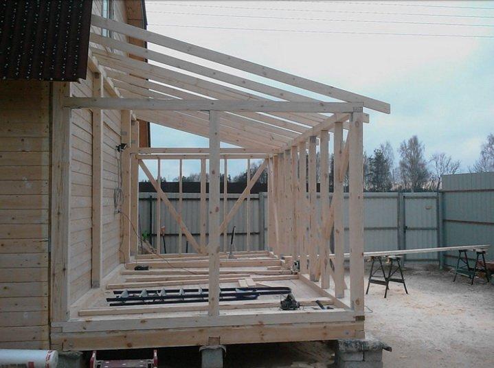 Строительство веранды ведется деревяными брусьями