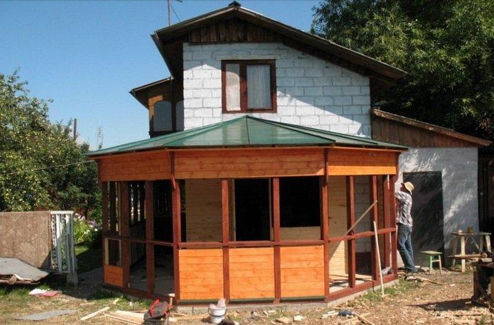 Строительство веранды ведется по проекту