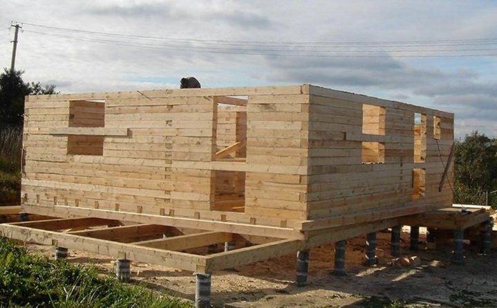 Стироительство дома из бруса на столбчатом недорогом фундаменте