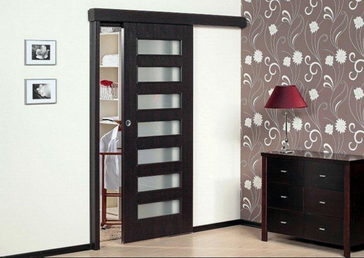 Одинарные раздвижные двери на входе в комнату