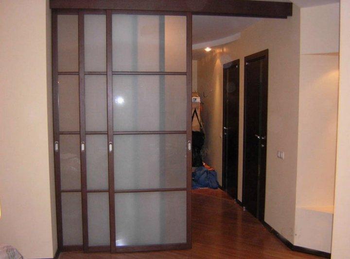 У раздвижных дверей внутри квартиры прозрачное полотно