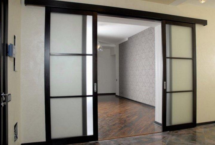 Раздвижные двери прозрачные, межкомнатные, навешенные на стену
