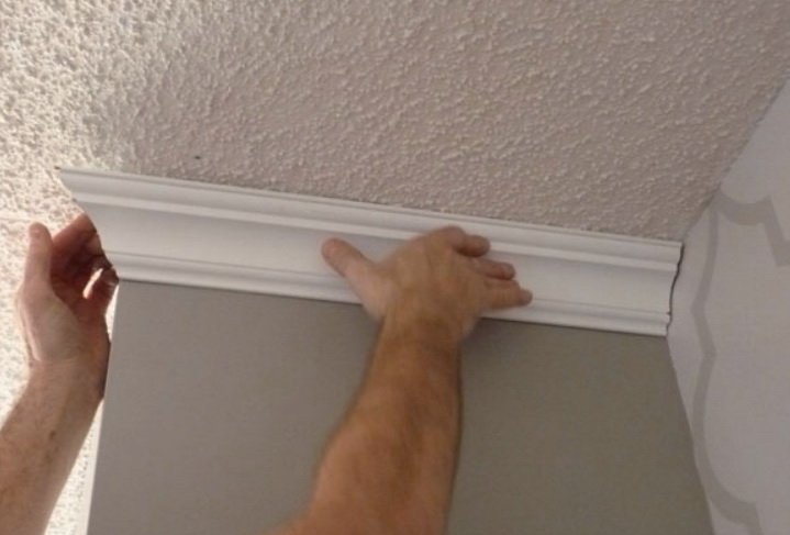 Подмер потолочного плинтуса на наружном углу