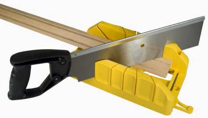 Стусло поможет разрезатьп потолочный плинтус под нужным углом