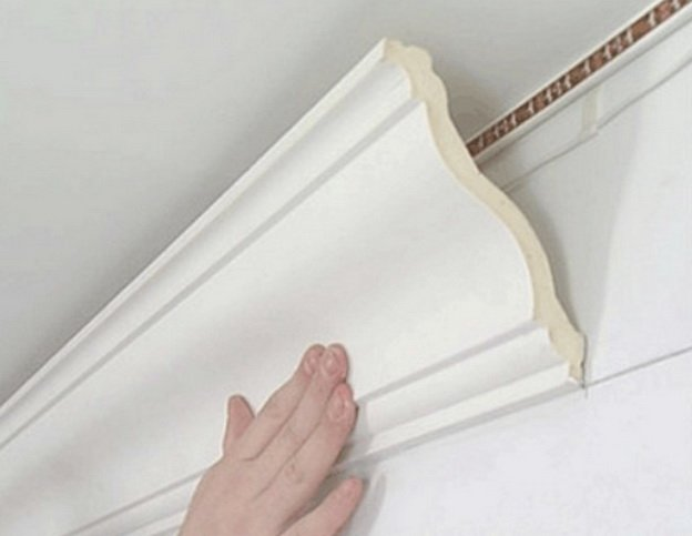 Плинтус крепится к потолку своими руками с помощью клея