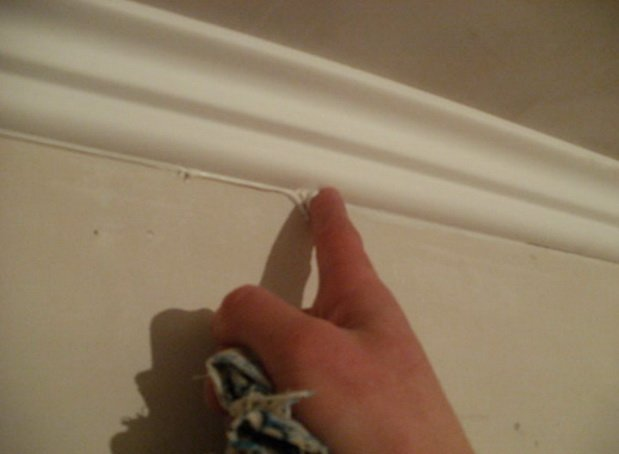 Подклейка плинтуса с помощью гипсовой шпаклевки