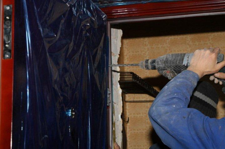 Закрепление двери выполняется с помощью анкеров