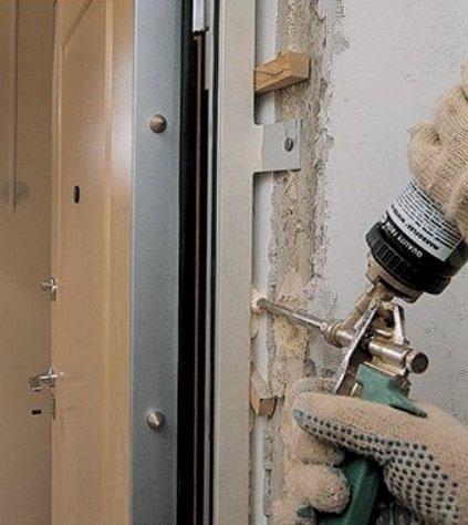 Запенивание входной двери монтажной пеной