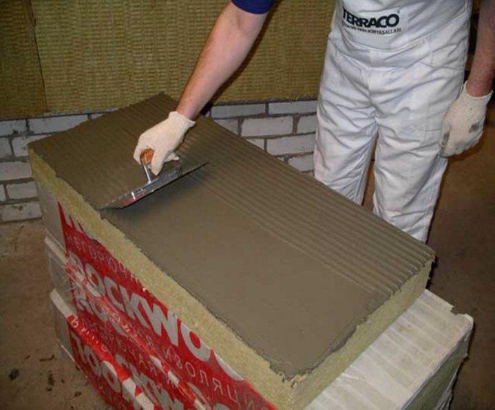 Нанесение клея на утеллитель - крепление на стене с помощью клея
