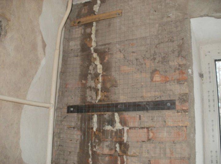 Трещина в стене стягивается скобами