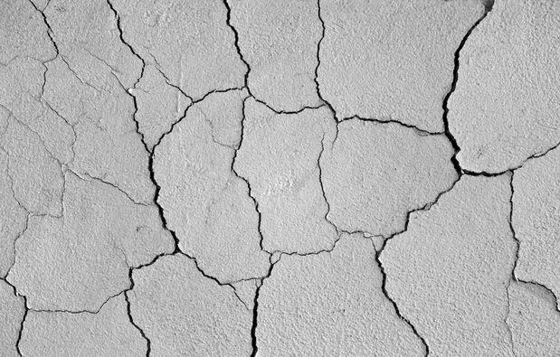 Трещины в стене и штукатурке отремонтировать легко