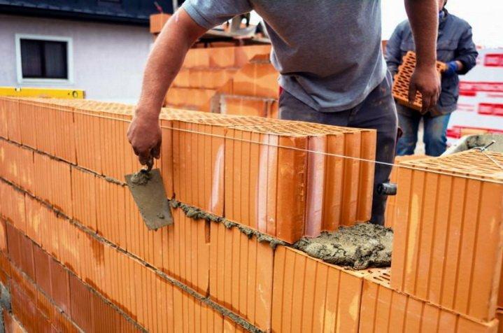 Строительство стены ведется на теплосберегающем растворе