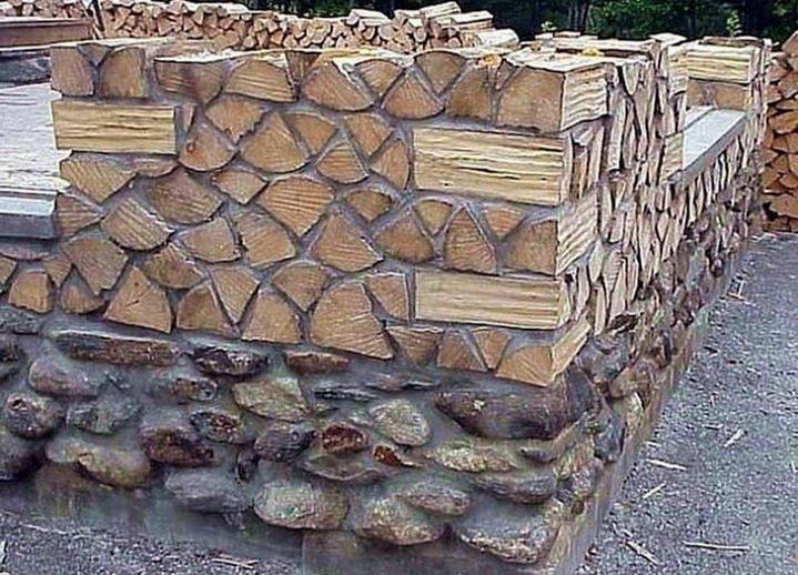 Углы стены из чурок делаются клетями