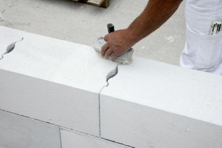Стены из газобетона ровные, не требуют толстой штукатурки