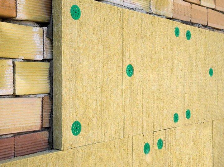 Минеральная вата крепится к стене с помощью дюбелей