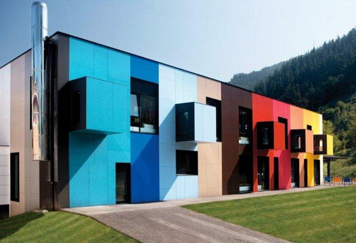 Расписной дом - фасад покрашен красками