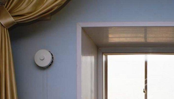 Приточный клапан в стене обеспечивает нормативный воздухообмен