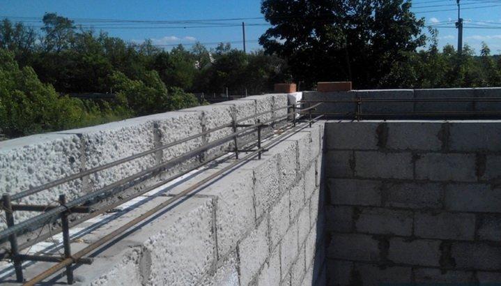 Создание железобетонного пояса над блоками