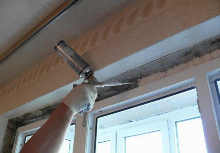 Заделка монтажного шва вокруг окна с помощью пены