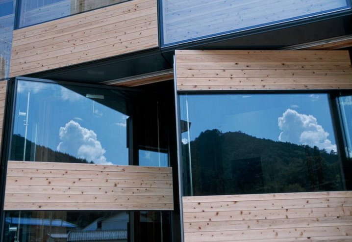 Особенный вид зданию придают нестандартные окна