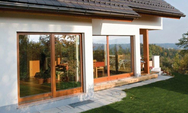 Дом с окнами от пола до потолка