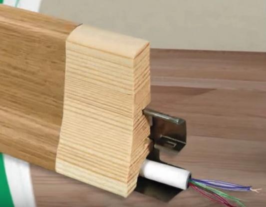 Деревянный плинтус для паркетной доски на клипсах