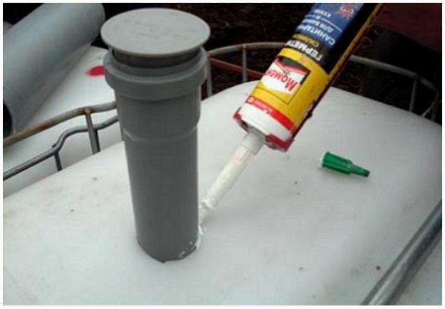 Герметизация трубы в пластиковой емкости