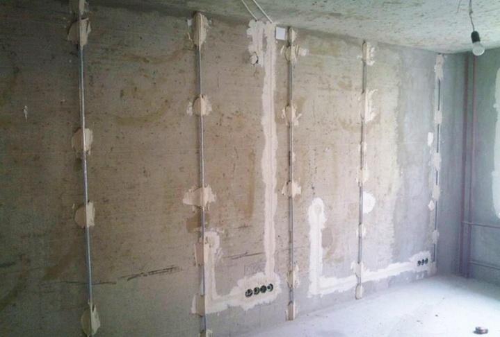 Маяки выставлены на стене для штукатурки