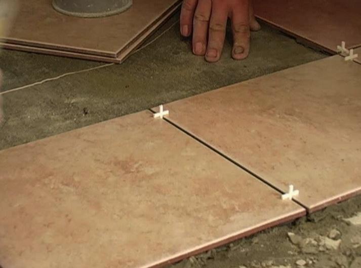 Как укладывают плитку на пол