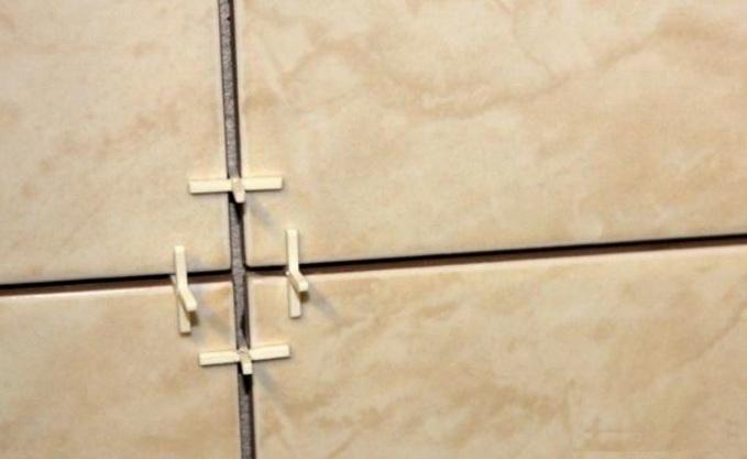 Плитки разделяются специальными разделителями, швы очищаются