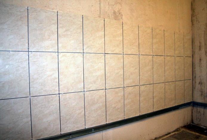 Несколько рядов плитки уложенной на стену