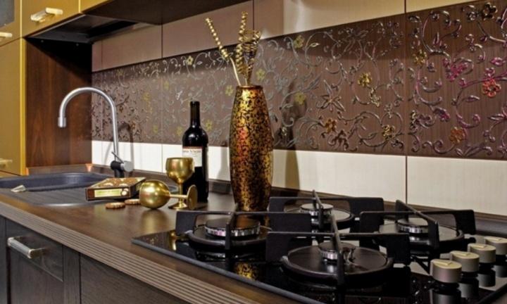 В кухне зачасту плитка укладывается в промежутках между мебелью