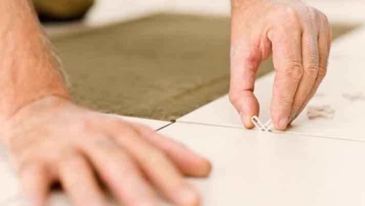 Швы между плитками формируются с помощью разделителей
