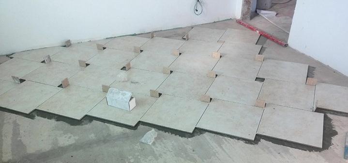 Как делается укладка плит на полу со смещением шва