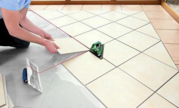 Диагональная укладка плитки в комнате