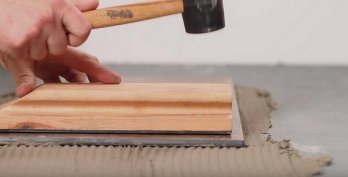 Плитка пристукивается при укладке на пол
