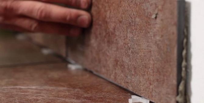 Плинтус из керамики устанавливается с определенным зазором
