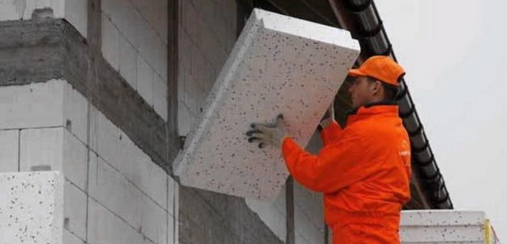 Газобетон укладывается на стену с помощью клея